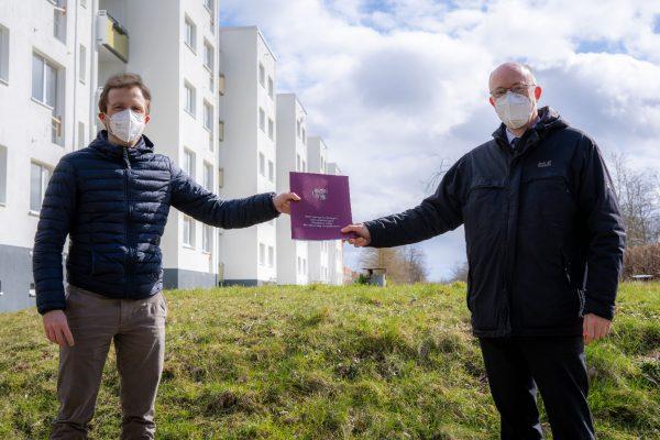 Minister Pegel und Klaas Schäfer bei der Übergabe des Förderbescheids