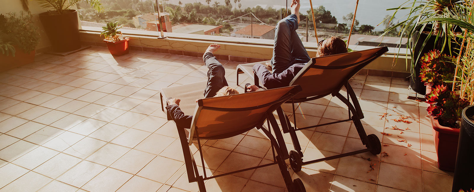sonne balkon entspannen liegestuhl
