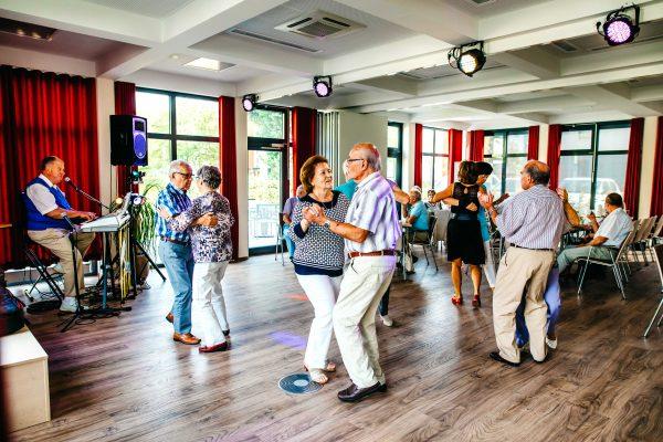 Tanzen zu Live Musik in Greifswald gewährleistet altersgerechtes Wohnen für Senioren
